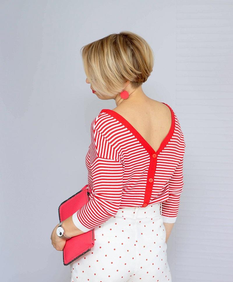 kobieta w bluzce w czerwono-białe paski i spodenkach w kropki