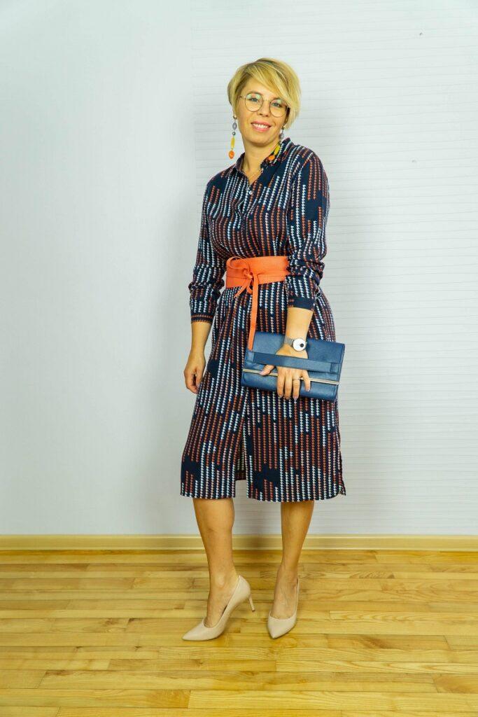 Jak tworzyć zestawy: kobieta w koszulowej sukience prezentuje swoją stylizację